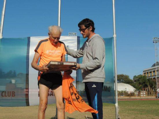 Reconocimiento a Carlitos Sacchi por sus 67 años de atleta