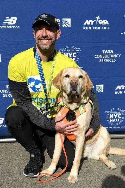 Corredor ciego y sus perros hacen historia en la media maratón de Nueva York