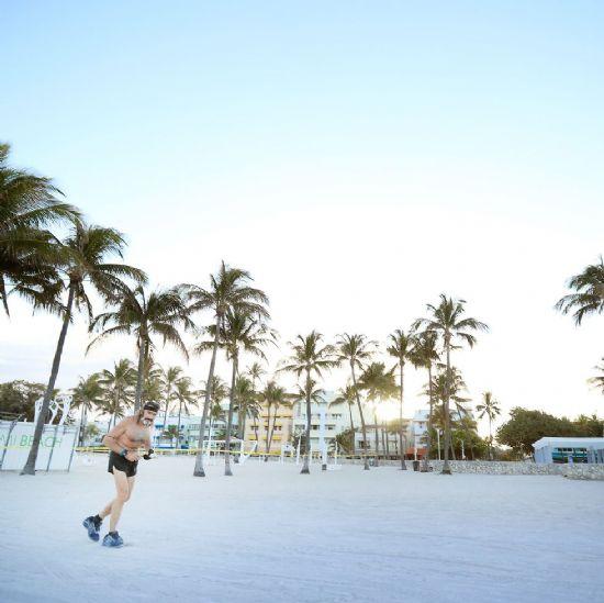 """Robert """"The Raven"""" Kraft, el único runner con permiso para correr por las playas de Miami"""